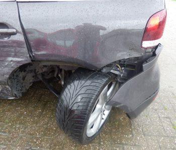 Schaden an der Fahrzeugseite und an der Hinterachse