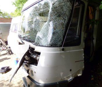 Massiver Frontschaden an einem Wohnmobil nach einem Auffahrunfall