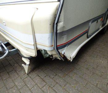 Seitenschaden an einem Wohnwagen nach einem Aufprall beim Rangieren