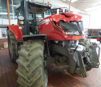 Frontschaden an einem Traktor in der Wesermarsch